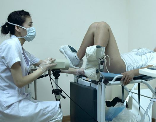 osmotr-vlagalisha-u-ginekologa-foto-foto-krasavchika-glushko-golishom